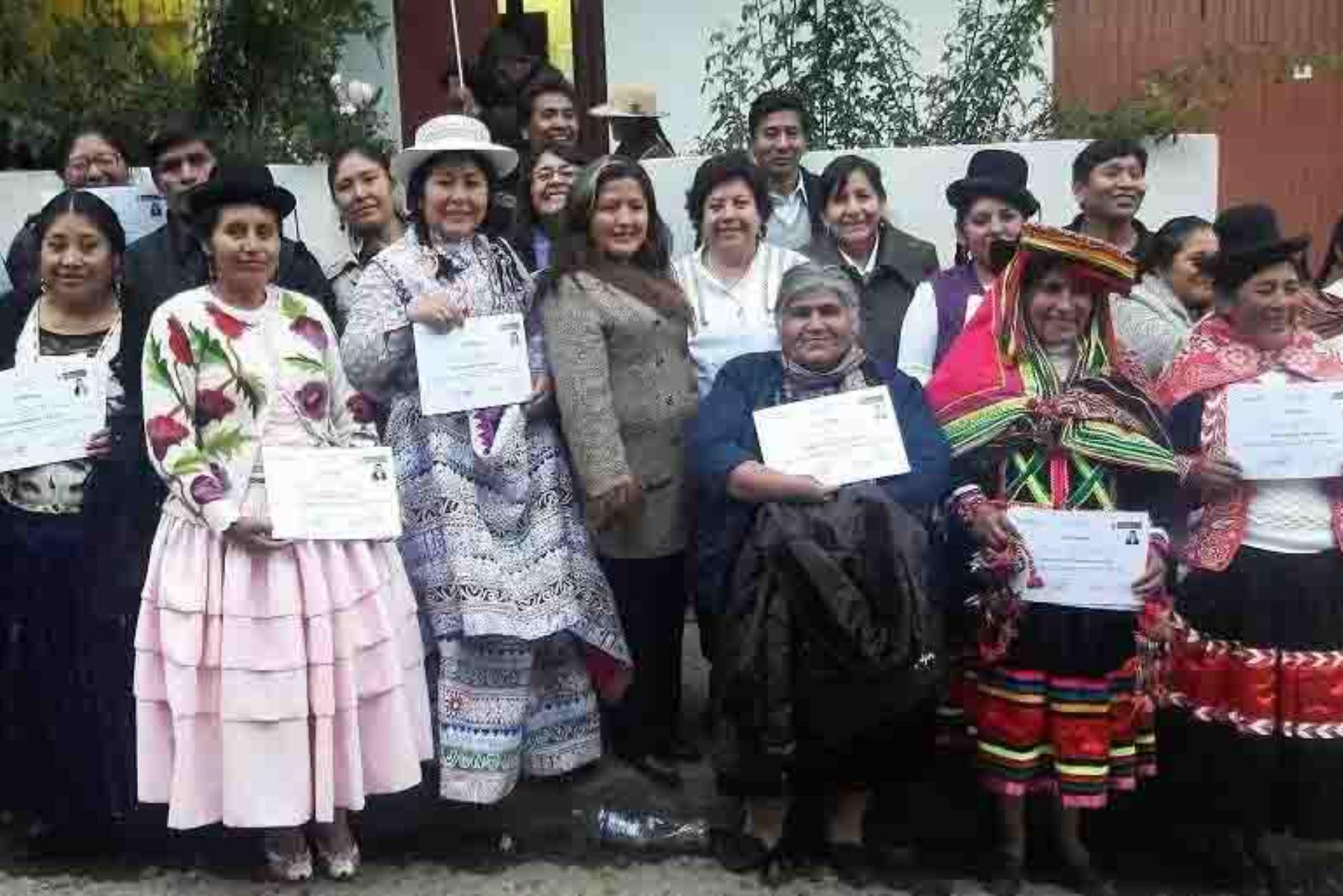 Luego de superar un arduo proceso de evaluación donde se destacó su experiencia, técnica y nivel de producción, el Ministerio de Comercio Exterior y Turismo (Mincetur) reconoció a 81 artesanos procedentes de Cusco, Puno, Arequipa, Moquegua y Tacna como expertos en diseño textil.