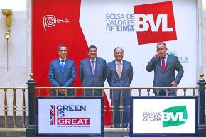 LIMA PERÚ - ENERO 16. El Embajador de Reino Unido, Anwar Choudhury junto al Presidente de la BVL, Marco Zaldívar dan el tradicional campanazo por la creación del mercado de bonos verdes en el Perú. Foto: ANDINA/Melina Mejía