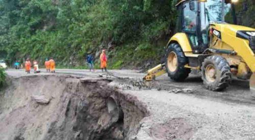 Personal de Provias Nacional, con apoyo de maquinaria pesada, trabaja en la habilitación en cuatro vías afectadas por derrumbes ocurridos ayer en las regiones de Apurímac, Ayacucho, Pasco y Ucayali, informó el Centro de Operaciones de Emergencia del Ministerio de Transportes y Comunicaciones (COE-MTC).