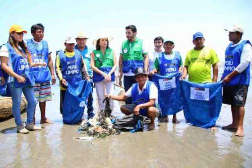 """Con la finalidad de generar conciencia entre los veraneantes en las playas de Huanchaco sobre el adecuado tratamiento de sus residuos, el Ministerio del Ambiente (Minam), la Municipalidad Distrital de Huanchaco realizaron hoy la campaña """"Perú limpio, playas limpias"""" en las playas Las Pozas, Kibisih y Eliot. ANDINA/Difusión"""