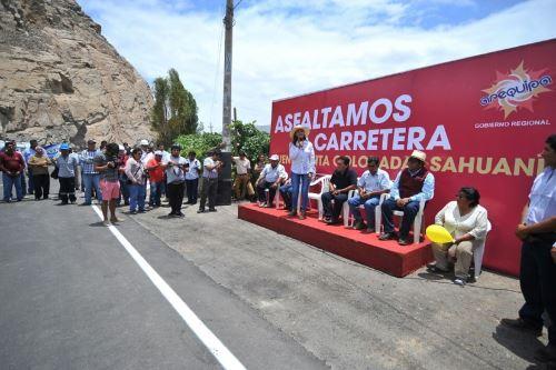 Gobernadora regional de Arequipa, Yamila Osorio, inaugura carretera Punta Colorada-Sahuani.