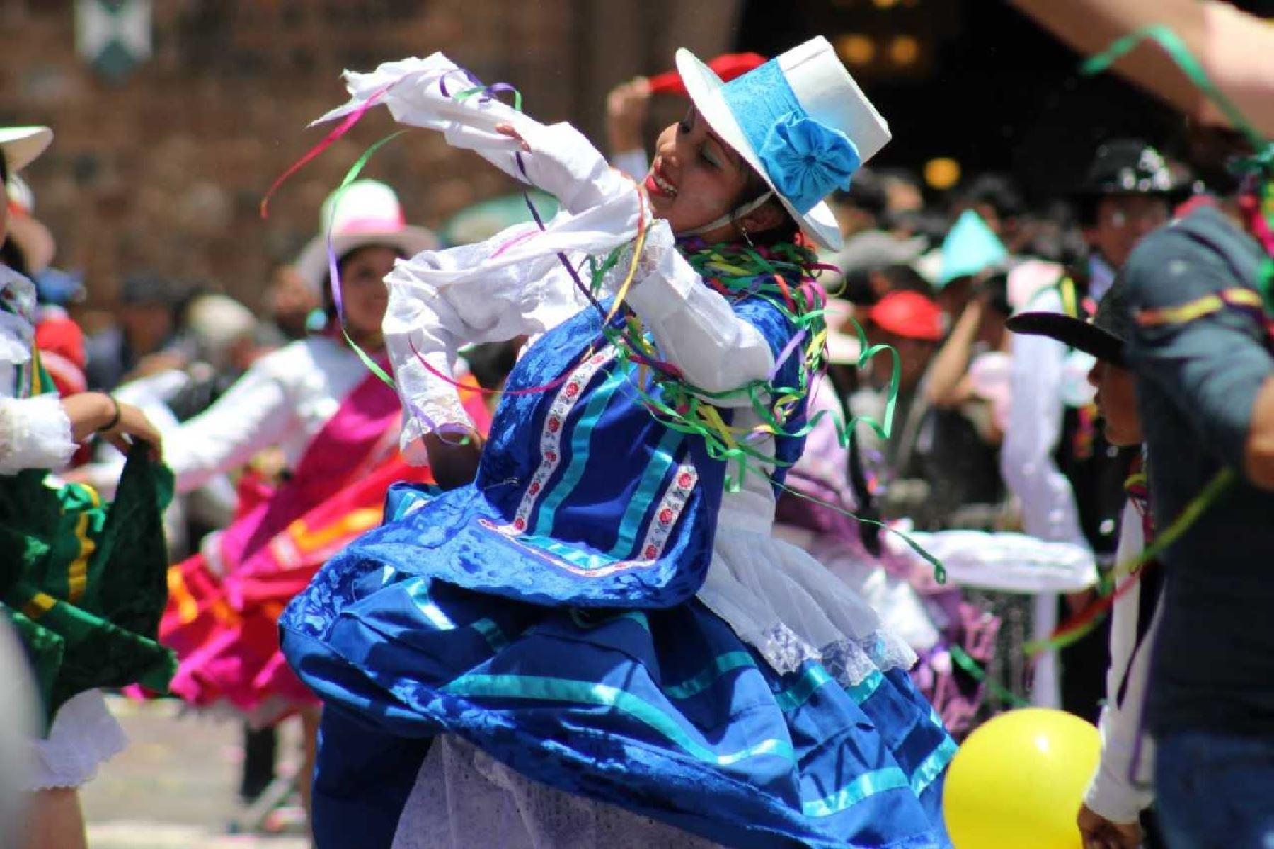 Diferentes comparsas participan del colorido carnaval al ritmo de la música típica. Foto: Percy Hurtado-