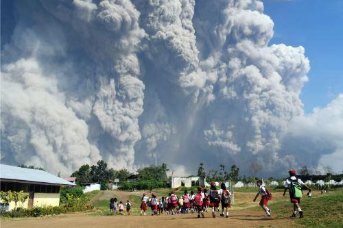 El volcán indonesio Sinabung en plena  erupción