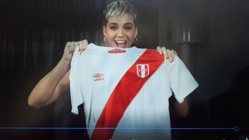 Katy Perry luce orgullosa la camiseta de la selección peruana con su nombre.