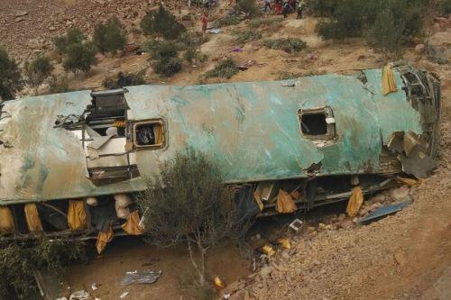 Primeras imágenes de la caída de bus a un abismo en Arequipa