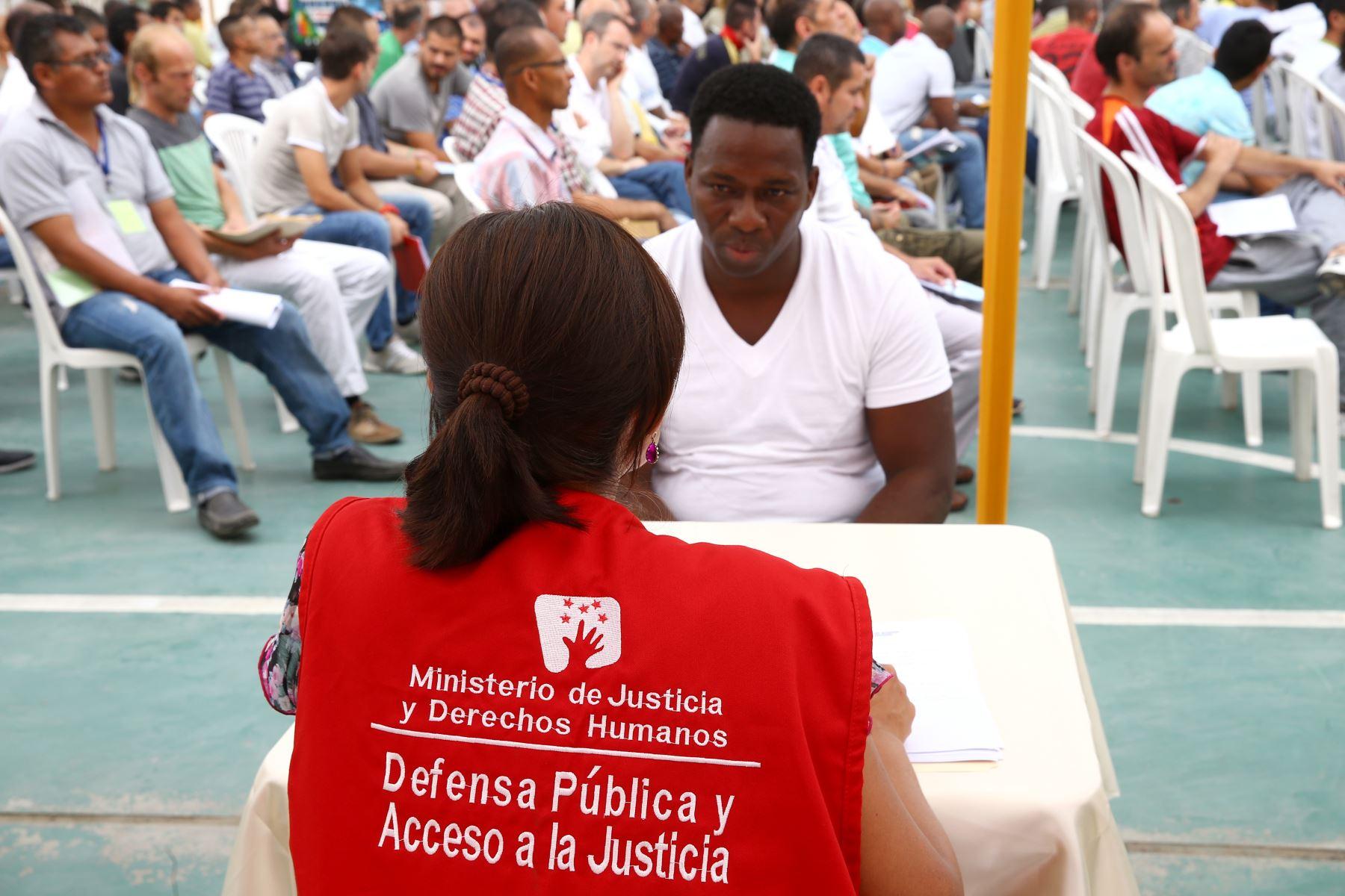 LIMA PERÚ - FEBRERO 22. Defensores públicos del Ministerio de Justicia asesoran a internos del penal Ancón II.  Foto: ANDINA/Melina Mejía
