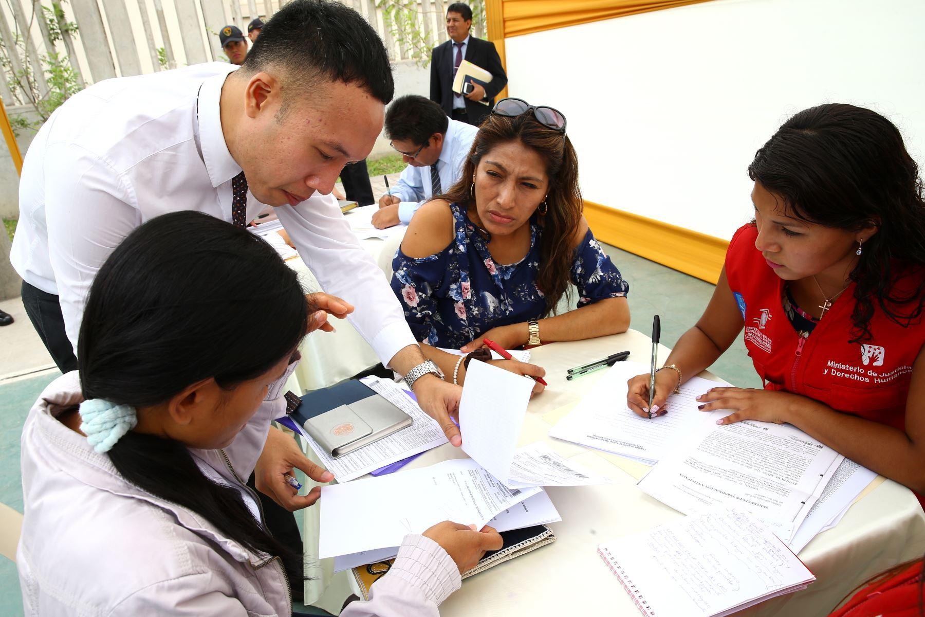 LIMA PERÚ - FEBRERO 22. Cónsul de Tailandia supervisa asesoría legal que los defensores públicos del Ministerio de Justicia ofrece a interna tailandesa. Foto: ANDINA/Melina Mejía