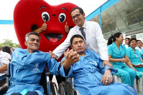 Los dos pacientes que se encontraban conectados a un soporte de asistencia mecánica en espera de donantes. ANDINA/Melina Mejía