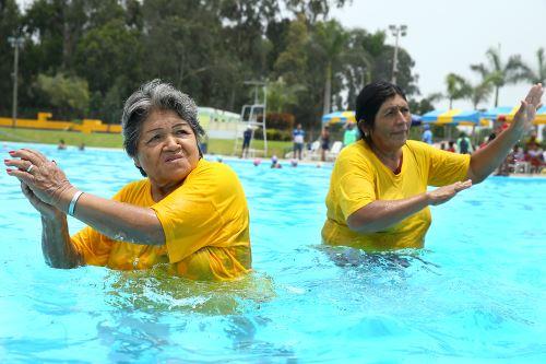 Aeróbicos en el agua para mejorar la salud
