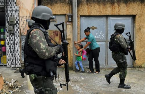 3.000 soldados apoyaron a la policía de Río de Janeiro, en una barrida de tres favelas plagadas de violencia