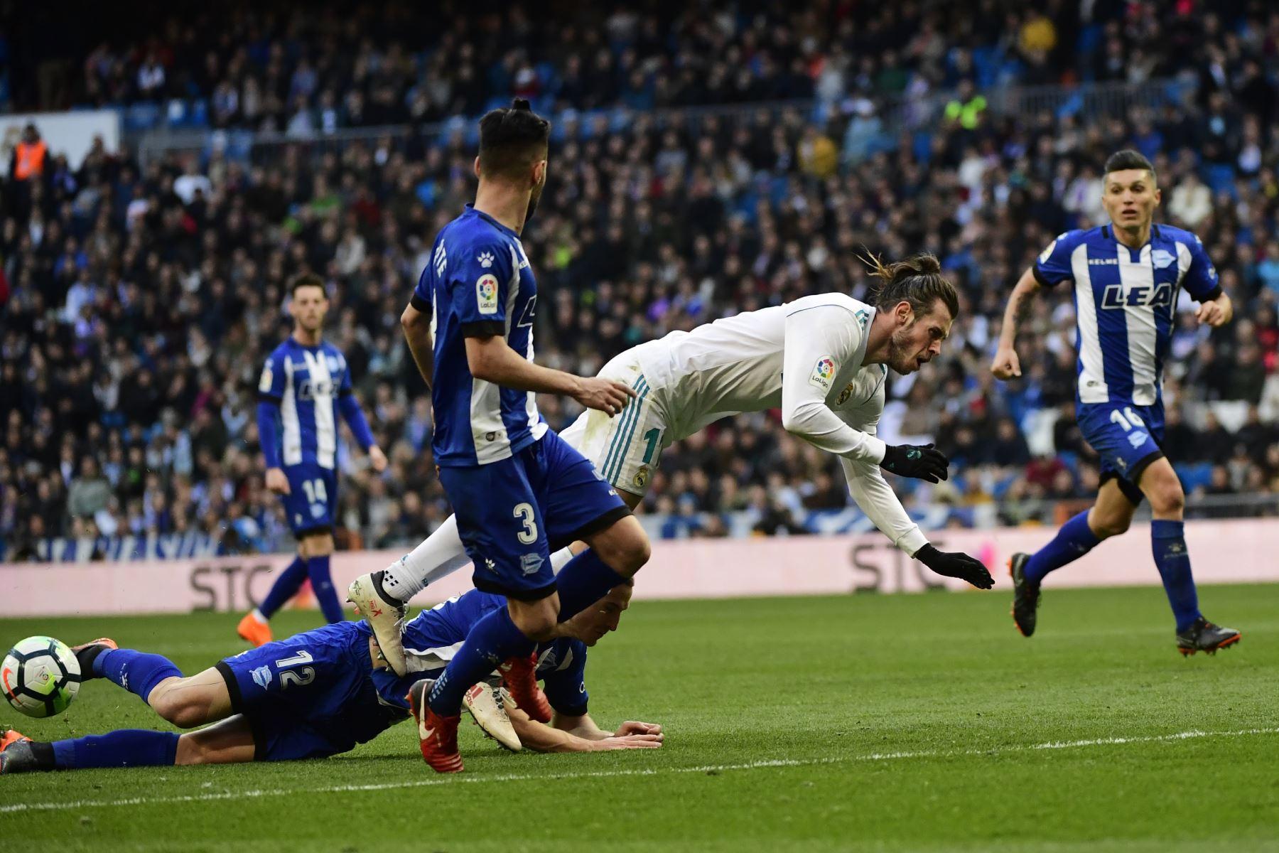 El delantero Gareth Bale compite con el defensor brasileño del Alavés Rodrigo Ely  y el defensor español del Alavés Rubén Duarte (C) entre el Real Madrid CF y el Deportivo Alavés en el estadio Santiago Bernabéu de Madrid.Foto:AFP