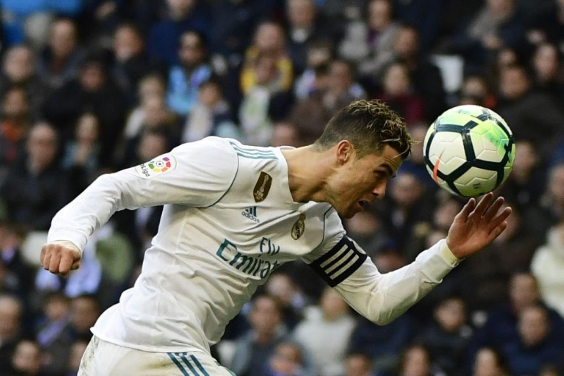 El delantero del Real Madrid Cristiano Ronaldo cabecea la pelota , durante el partido que el Real Madrid CF gano 4 a 0 al Deportivo Alavés en el estadio Santiago Bernabéu de Madrid.Foto:AFP