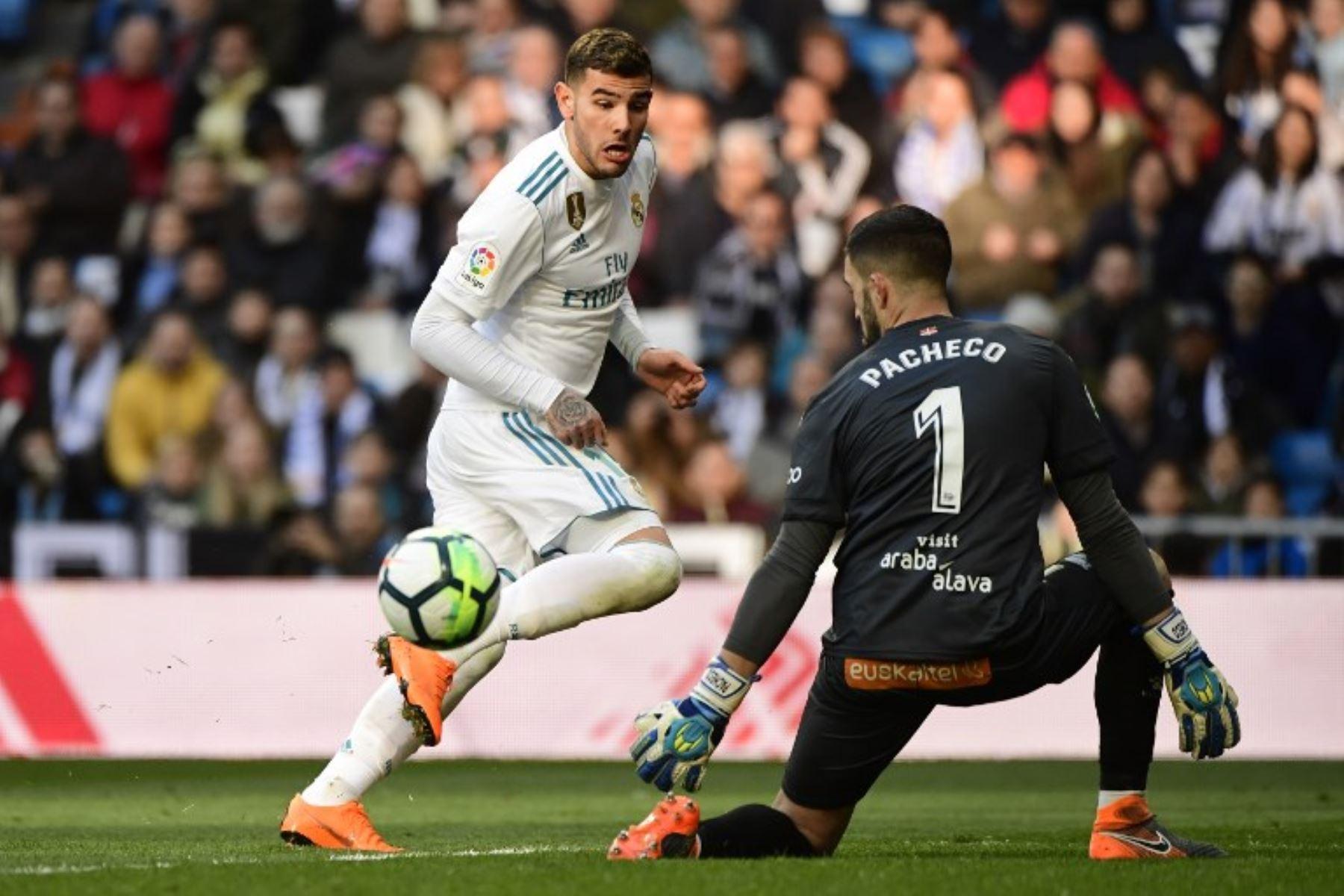 El defensa francés del Real Madrid Theo Hernández pite con el guardameta español del Alavés Fernando Pacheco. Foto:AFP
