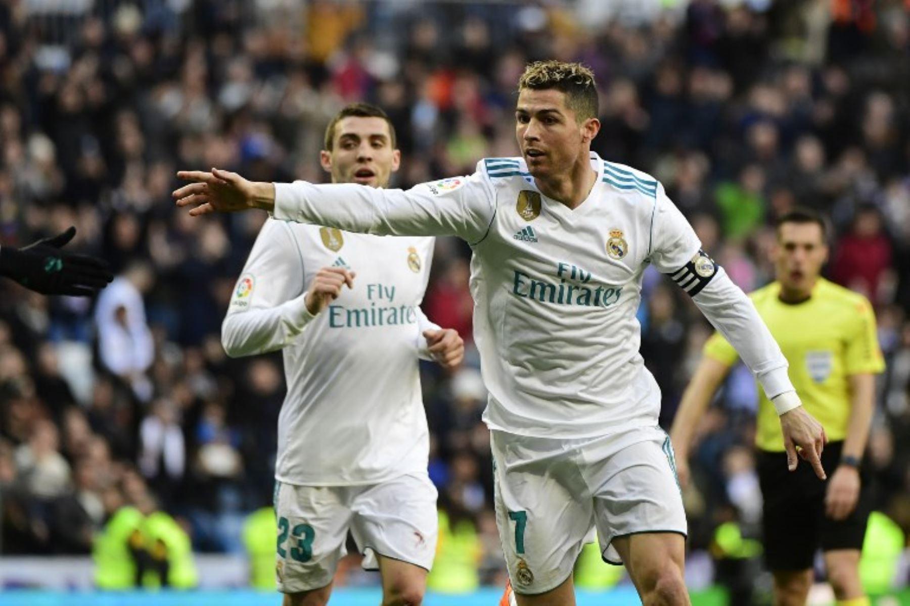 Cristiano Ronaldo celebra después de marcar durante el partido de la liga española de fútbol entre el Real Madrid CF y el Deportivo Alavés en el estadio Santiago Bernabéu de Madrid.Foto:AFP