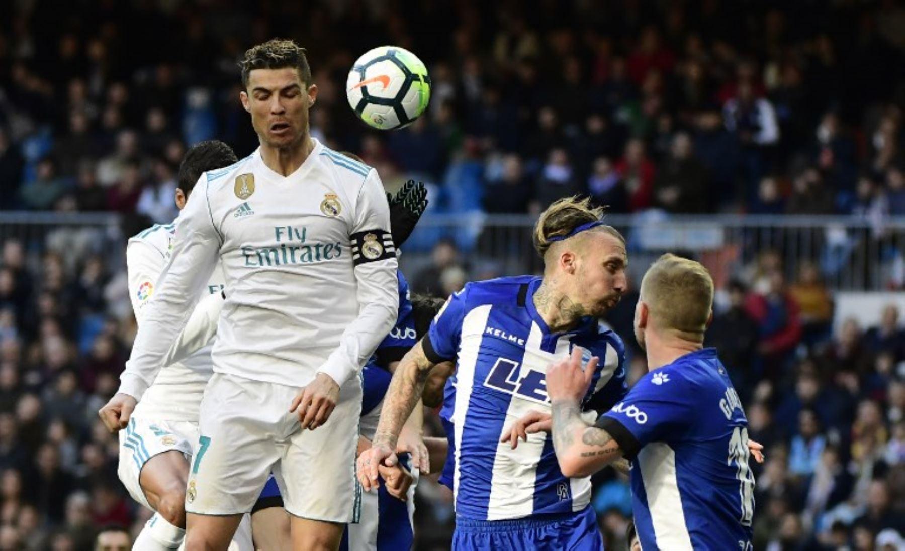 Cristiano Ronaldo y el defensor español del Alavés Alexis Ruano saltán durante el partido en el  el Real Madrid CF gano 4 a 0 al Deportivo Alavés en el estadio Santiago Bernabéu de Madrid.Foto:AFP