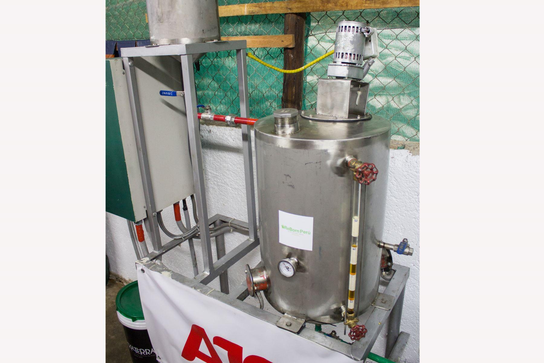 El tanque de esta Planta de transformación de aceite usado de cocina convierte 50 litros de biodiesel