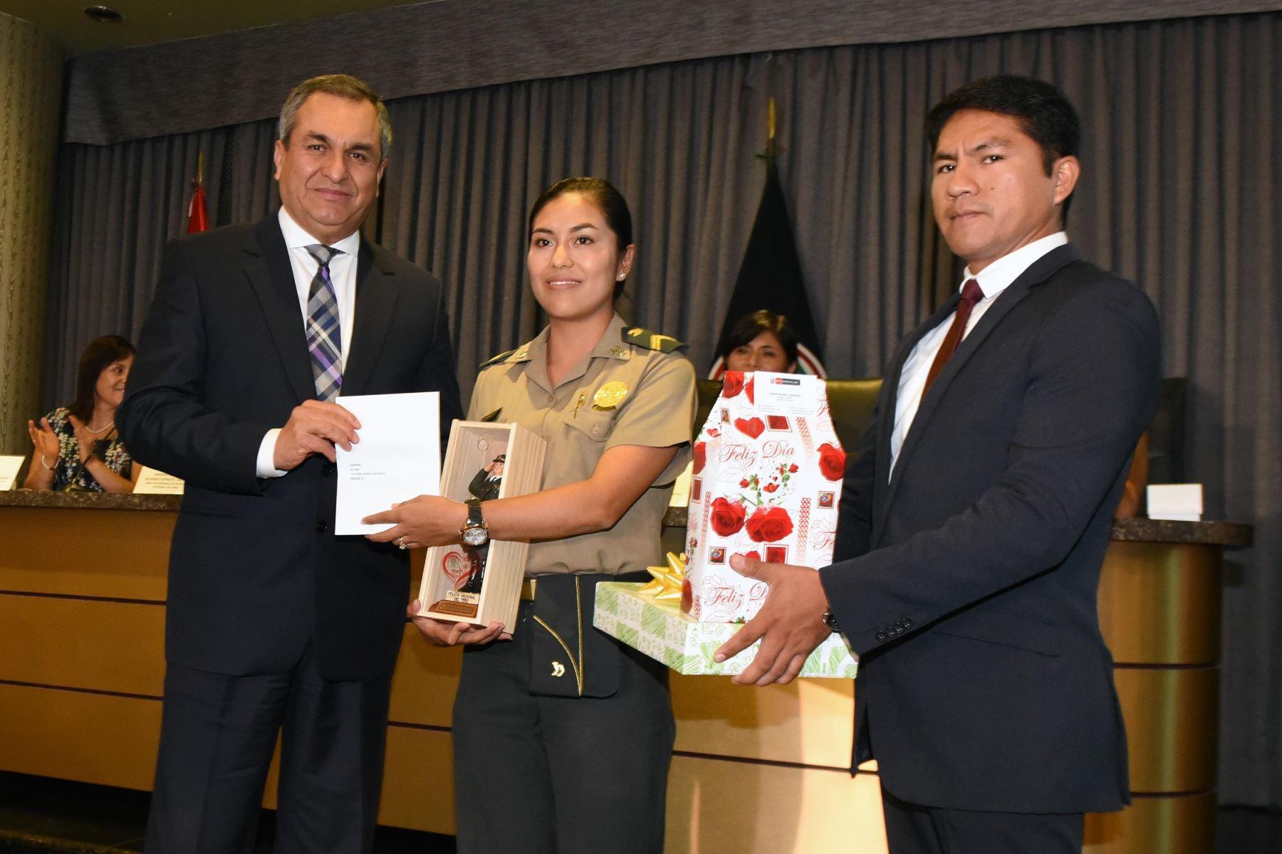 Ministerio del interior y polic a nacional reconocen labor for Ministerio interior y policia