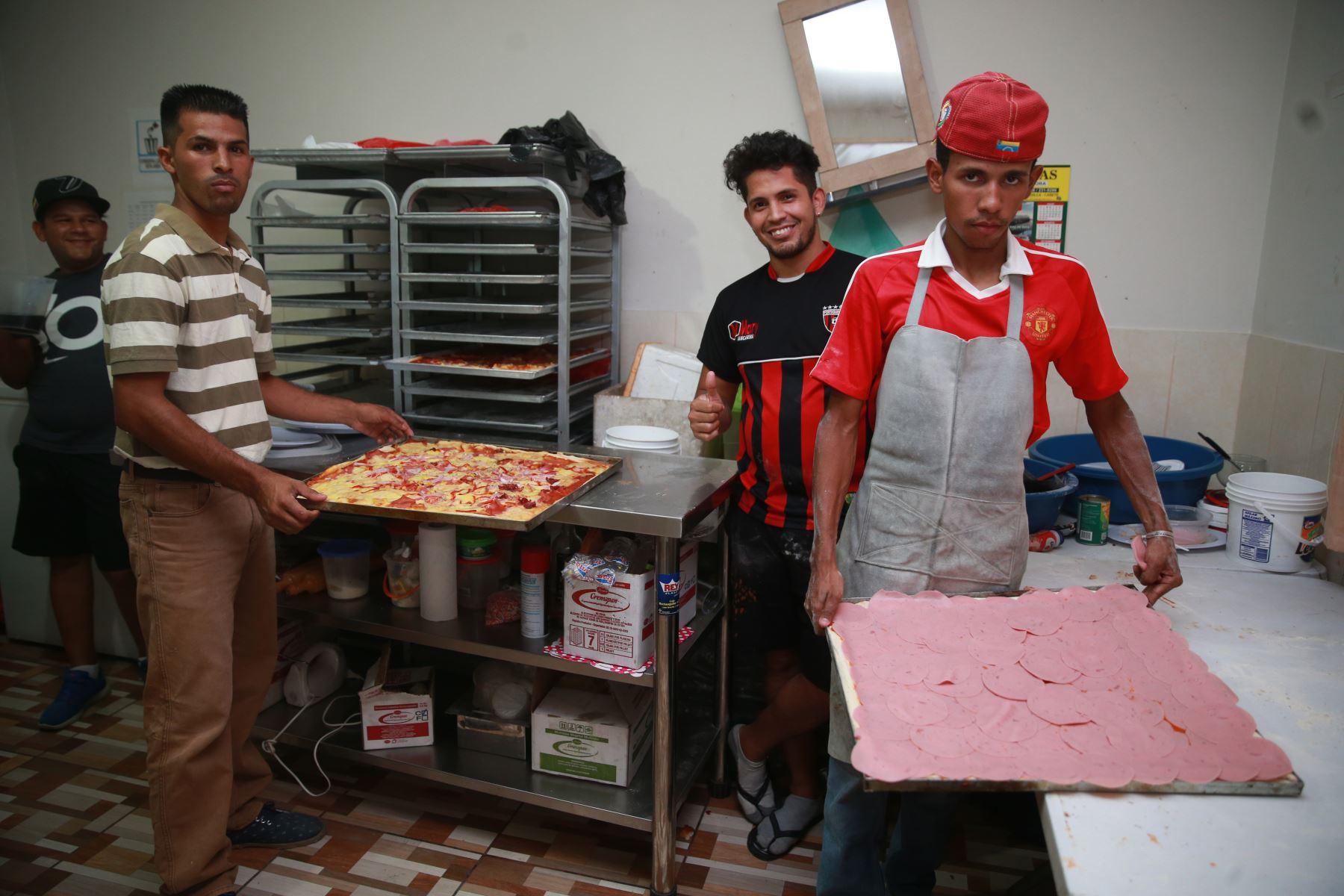En el albergue de San Juan de Lurigancho preparan pizzas para vender y enviar remesas a sus parientes en Venezuela. Foto: ANDINA/Vidal Tarqui