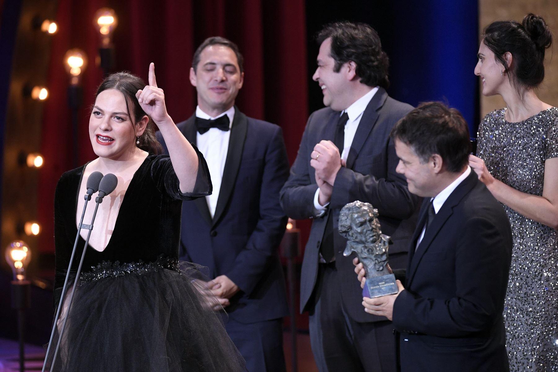 Daniela Vega recibe el premio Oscar como mejor filme latinoamericano. Foto: AFP.