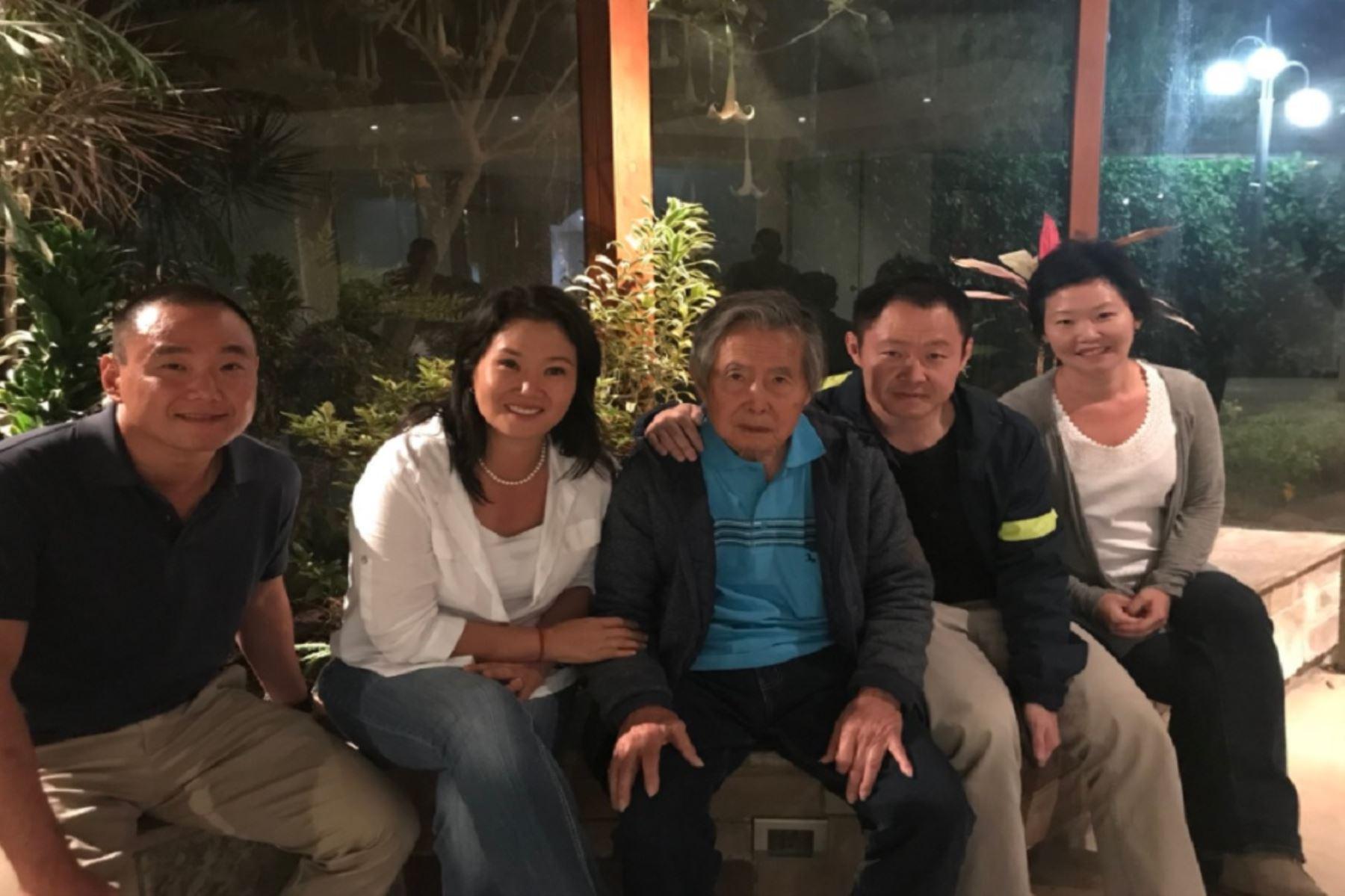 La diferencia entre los dos hermanos se hizo evidente también cuando Fujimori recobró su libertad con un indulto Humanitario. Keiko respalda el indulto, pero considera que el momento no fue el más adecuado y se presta a interpretaciones sobre un acuerdo político.