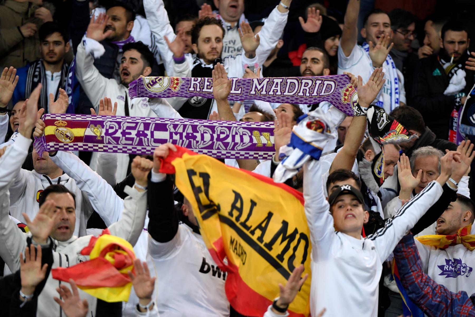 Seguidores del Real Madrid antes del partido de fútbol de la ronda de octavos de final de la UEFA. Foto: AFP