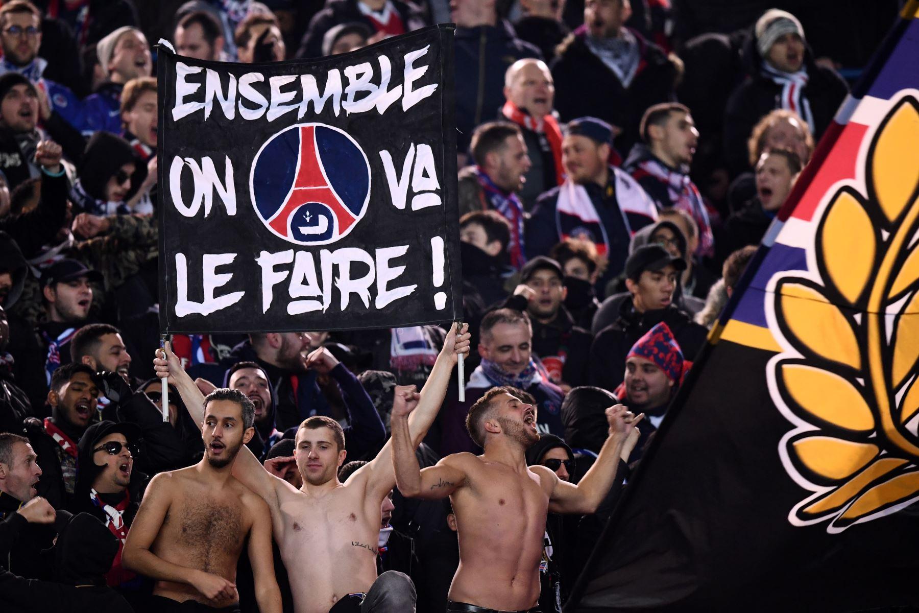 """Partidarios del Paris Saint-Germain sostienen una pancarta que dice """"Juntos lo haremos"""" en la ronda de octavos de final de la Liga de Campeones. Foto: AFP"""