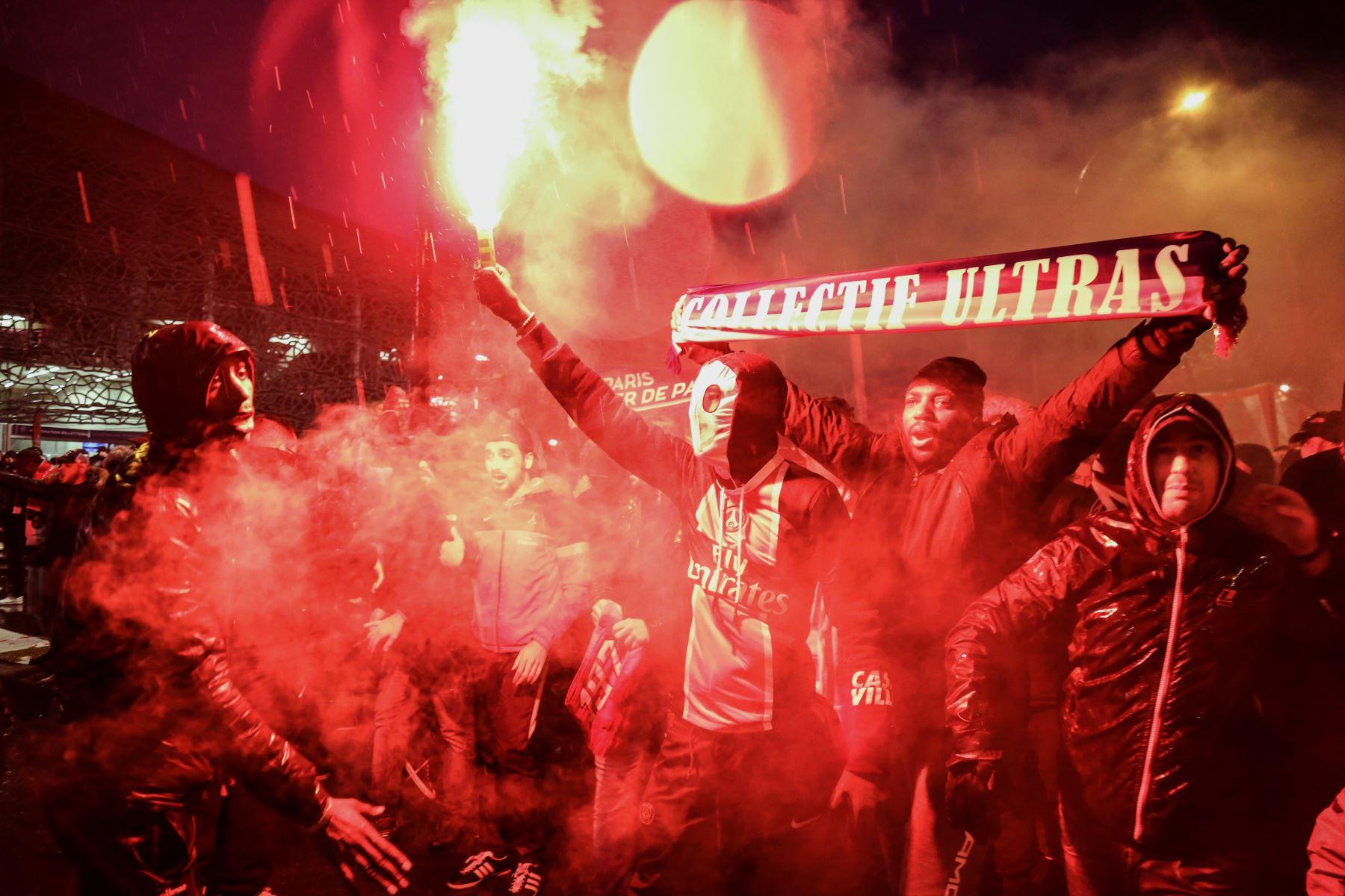 Hinchas del Paris Saint-Germain queman bengalas fuera del estadio Parque de los príncipes en París. Foto: AFP