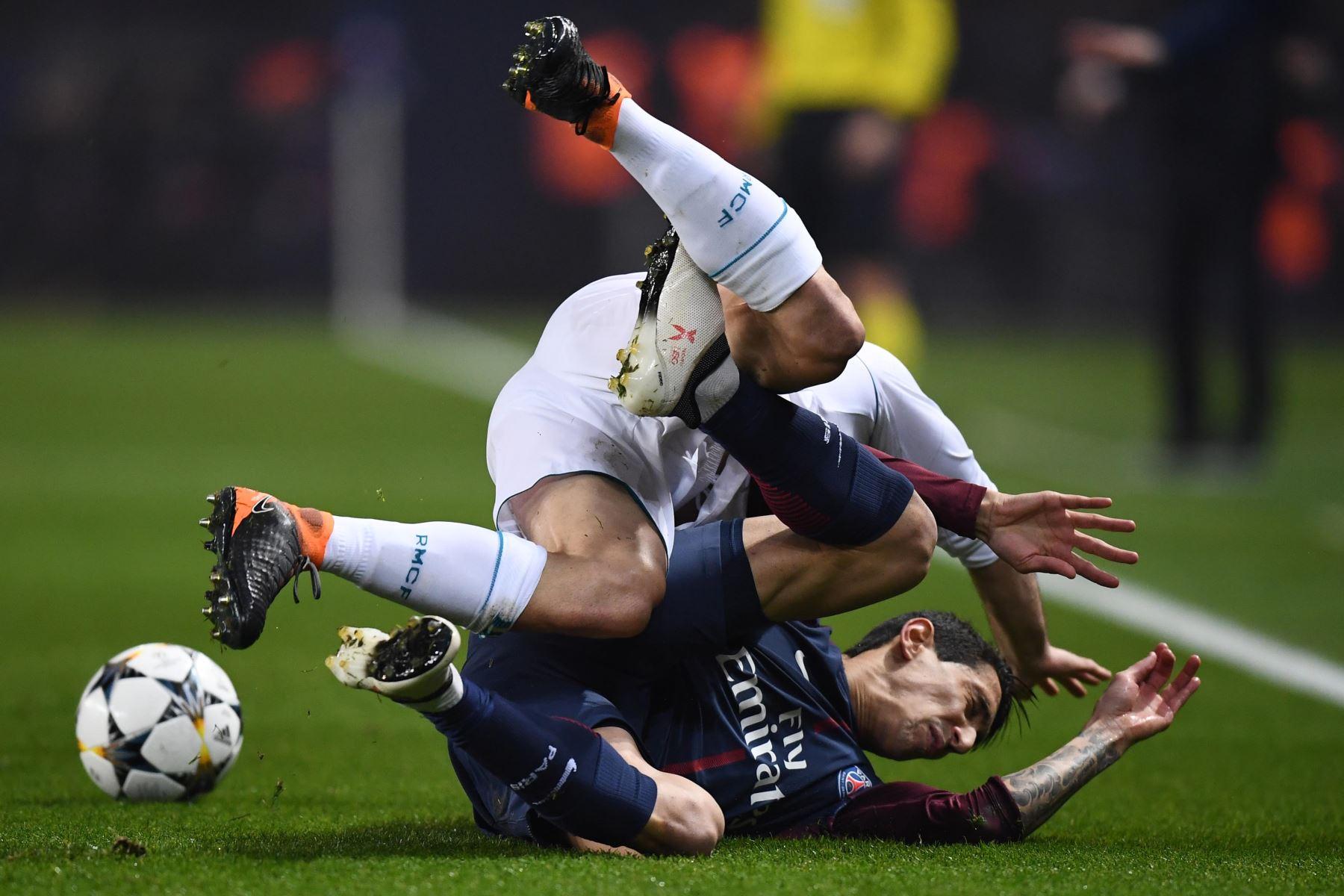 El defensa español del Real Madrid Dani Carvajal cae sobre el delantero argentino del Paris Saint-Germain Angel Di Maria. Foto: AFP