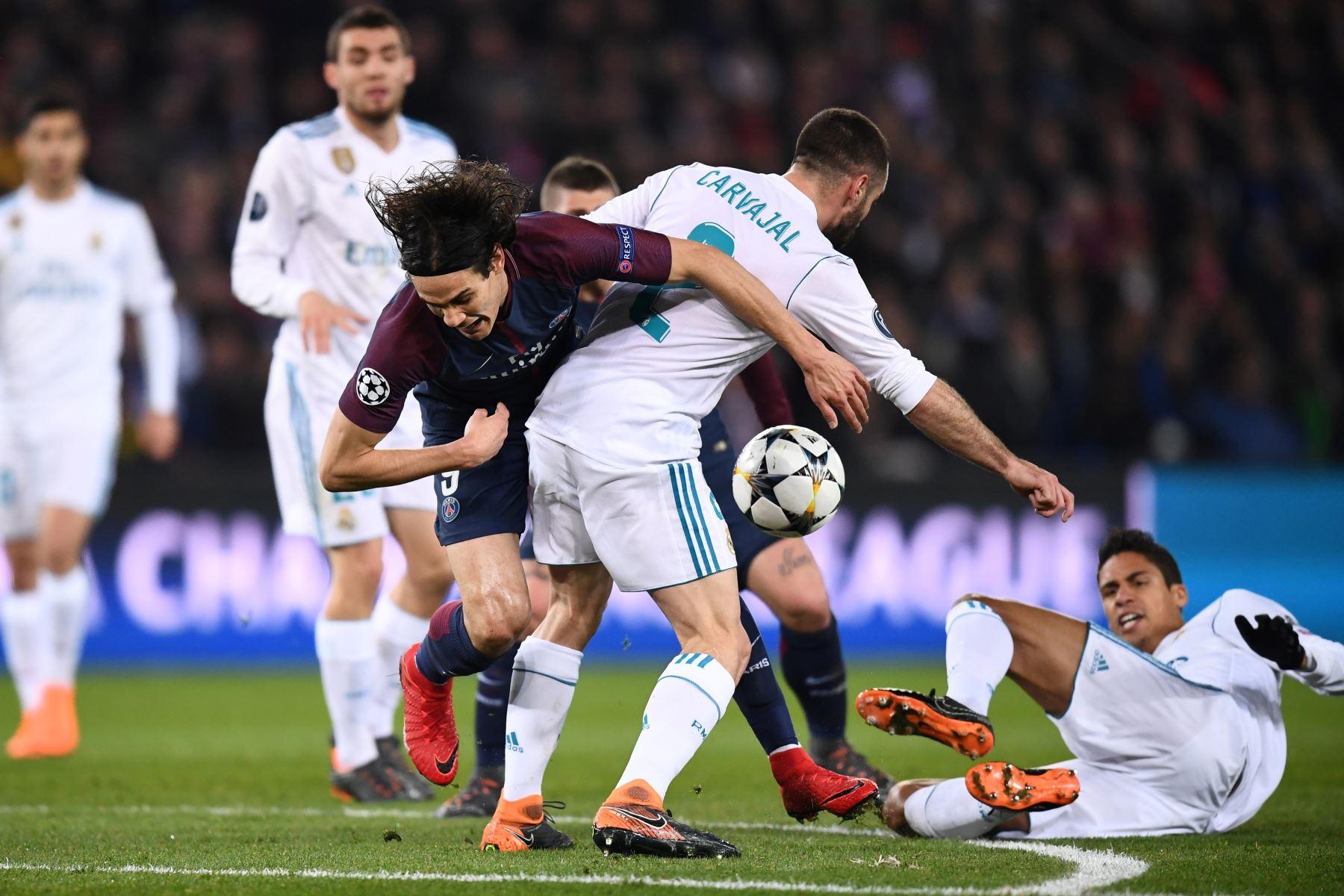 El delantero uruguayo del Paris Saint-Germain Edinson Cavani disputa el balón con el defensa español del Real Madrid Dani Carvajal. Foto: AFP