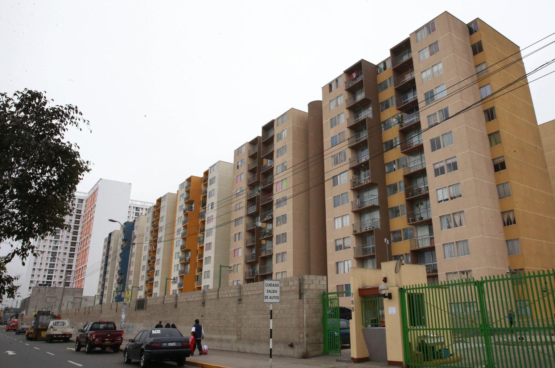 Por ejemplo, si una vivienda cuesta 300,000 dólares el valor de la hipoteca sería de 250,000 dólares aproximadamente, por lo cual el o los propietarios podrían recibir del banco 1,000 dólares mensuales por 20 años. Foto: ANDINA/archivo