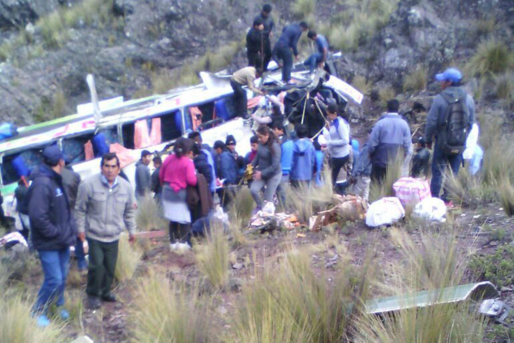 Siete muertos y varios heridos tras caída de bus a abismo — Ayacucho