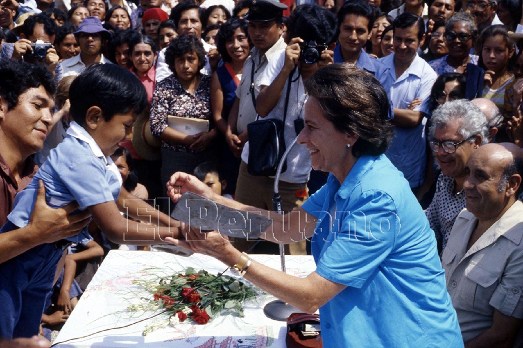 1982. Violeta Correa de Belaunde, Primera Dama de la Nación, durante una actividad en un pueblo joven de la capital. La esposa del presidente Belaunde destacó por su activismo social.