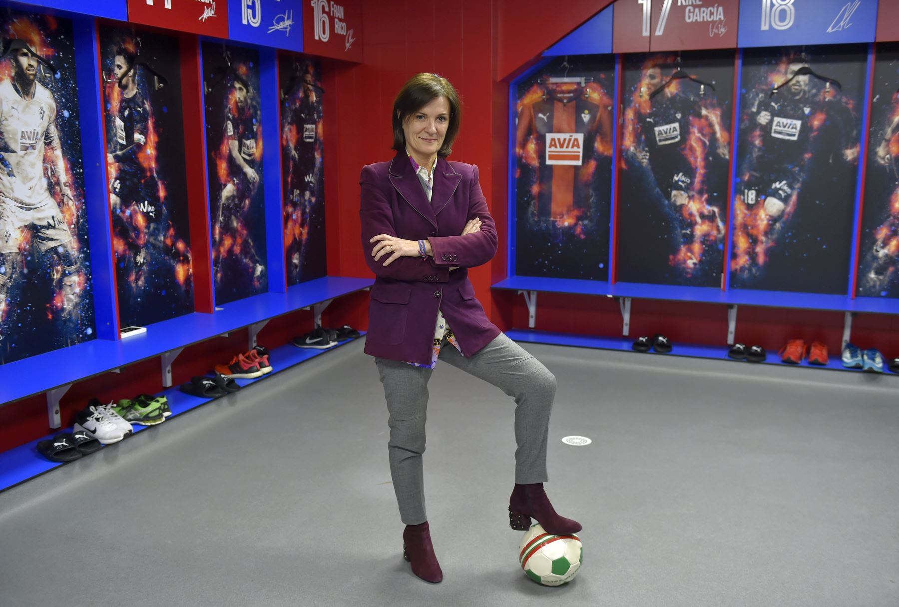 Amaia Gorostiza, 51, mujer de negocios y presidenta del club de fútbol SD Eibar posa para una foto en el vestuario del estadio Ipurua en Eibar. Foto: AFP