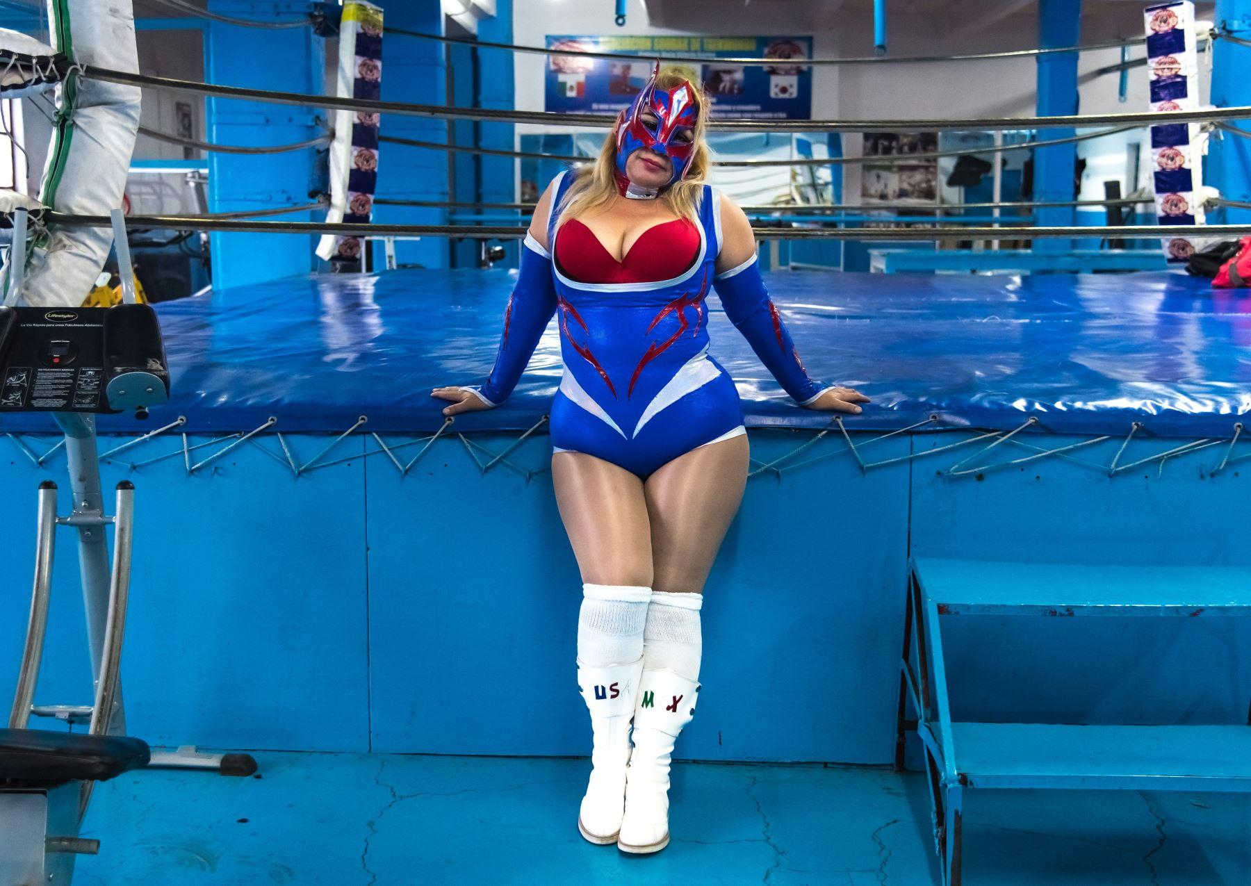 La luchadora profesional Cristal posa para una fotografía en su lugar de entrenamiento en la ciudad de México. Foto: AFP