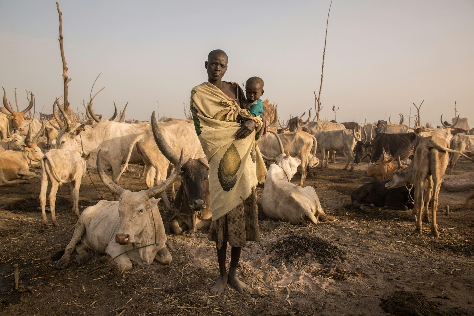 La pastora sudanesa Mary Amer, de 22 años, posa con su hijo en un campamento en Mingkaman, Sudán del Sur. Foto: AFP