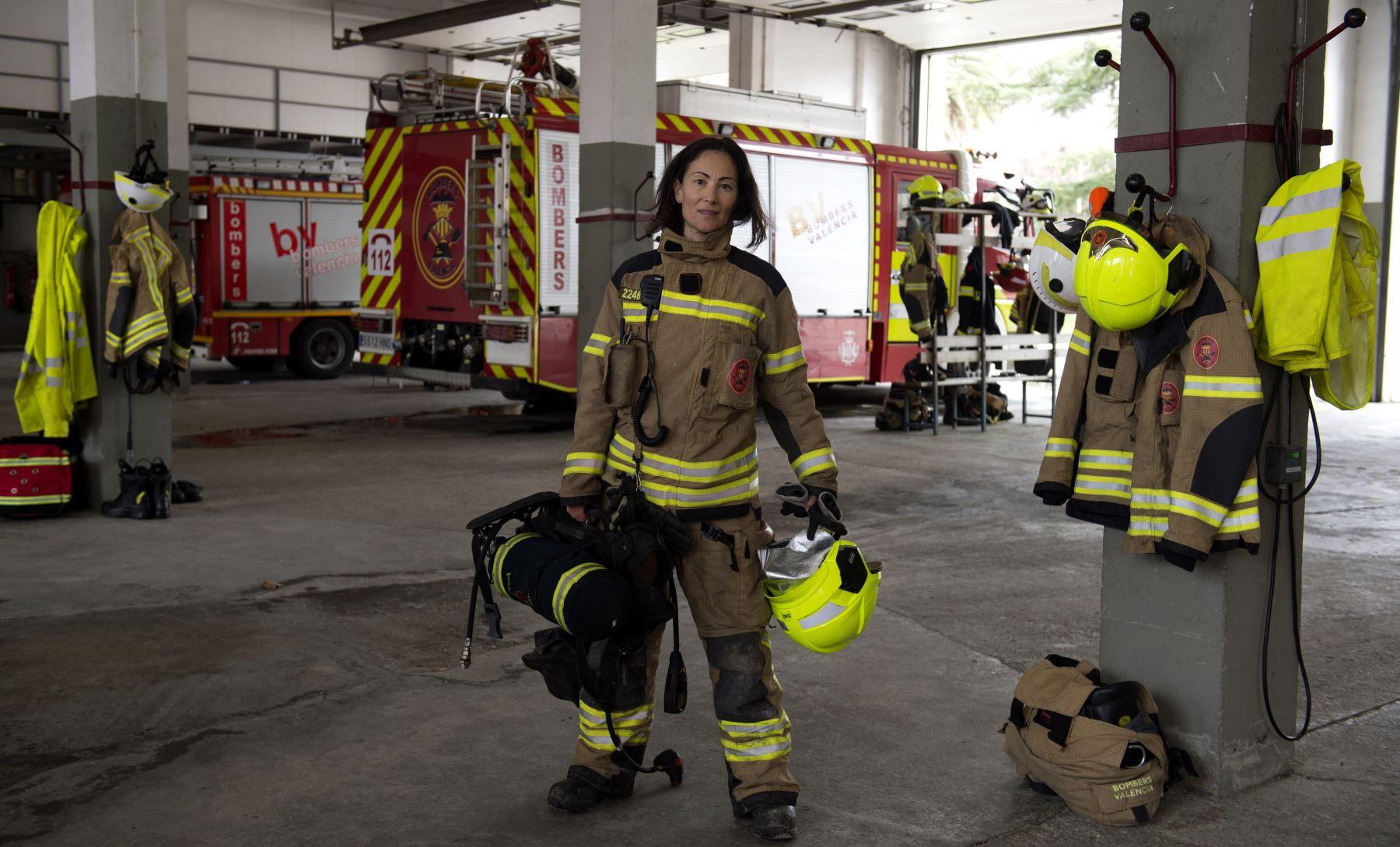 María José Martienz Ortiz, 43, bombera españoal posa para una foto en las instalaciones de la estación de bomberos