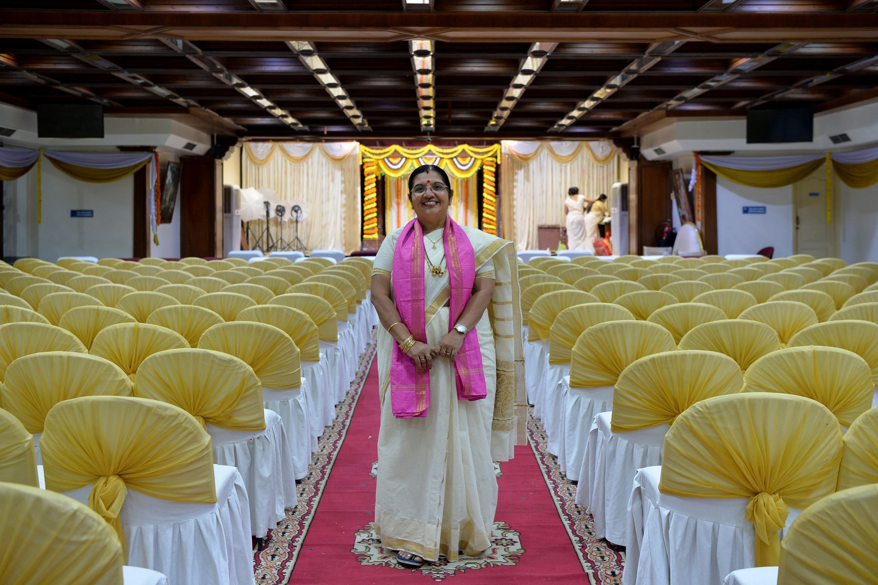 Bhramaramba Maheshwari P.,sacerdotisa hindú, posa para una fotografía en un salón de bodas en Bangalore. Foto: AFP