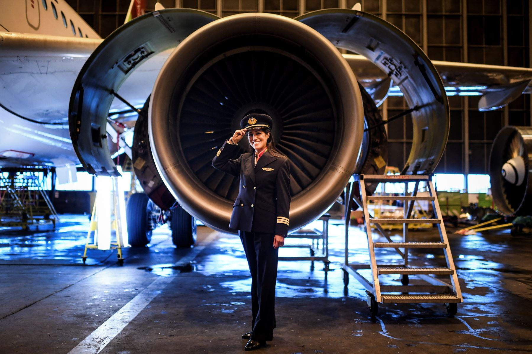 Ana Sousa, 45, piloto de TAP Air Portugal durante 11 años, posa para un retrato en un hangar de TAP en Lisboa. Foto: AFP