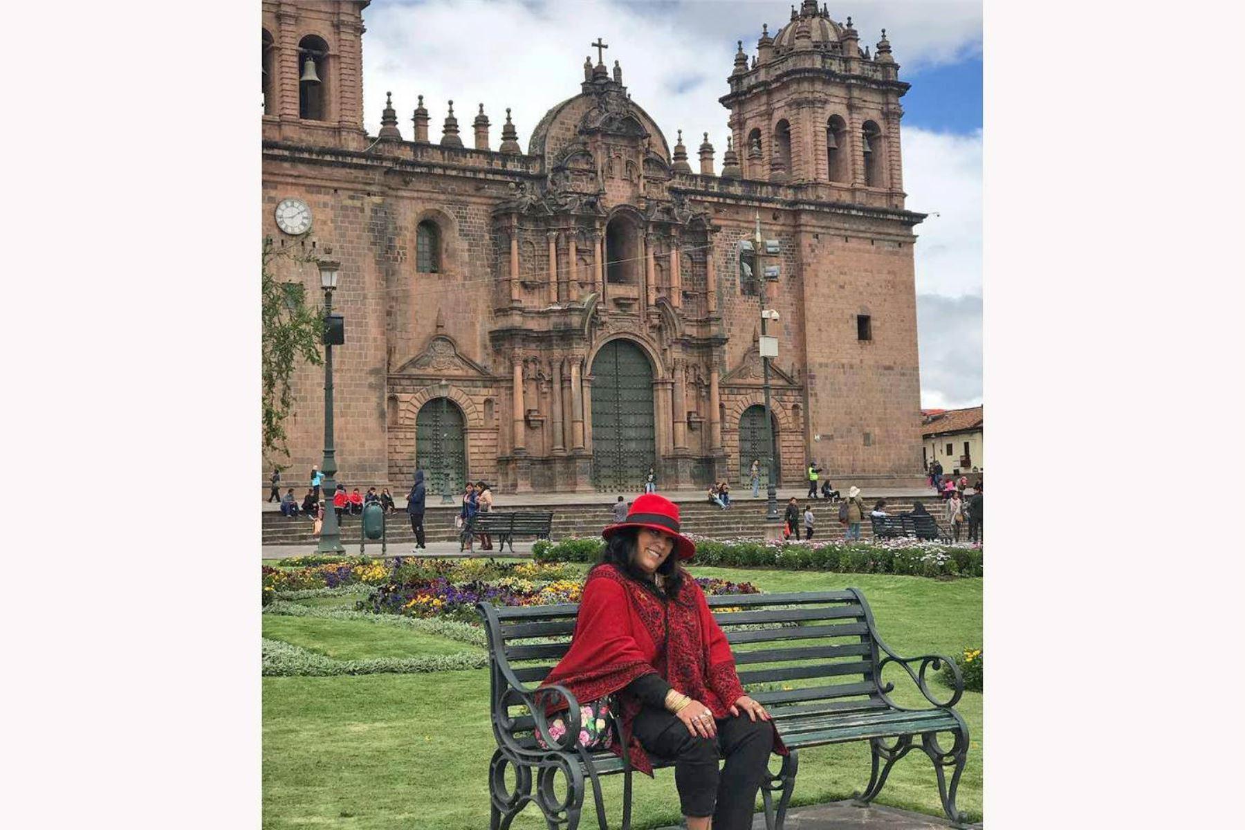 La artista en la plaza del Cusco posa sonriente y maravillada por cómo la recibió la Ciudad Imperial.