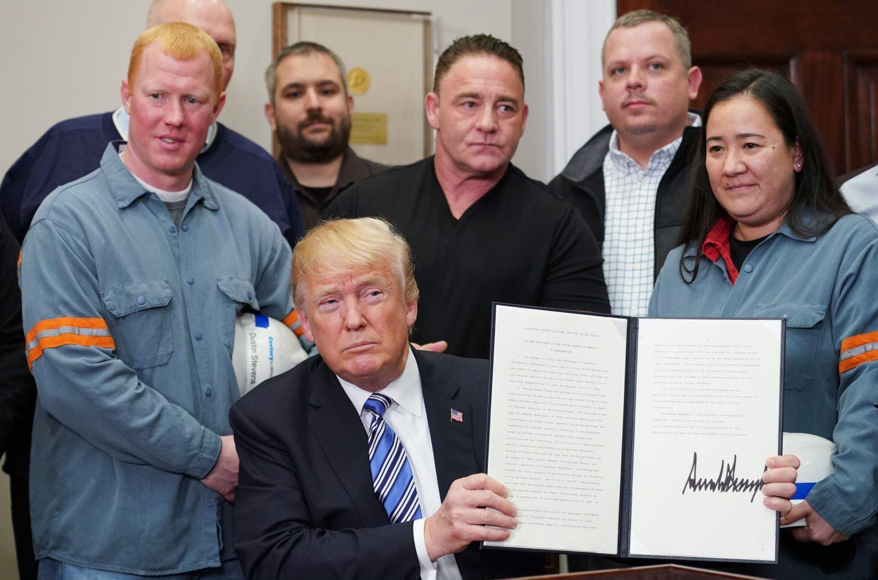 Trump grava el acero y aluminio con aranceles. Foto: AFP