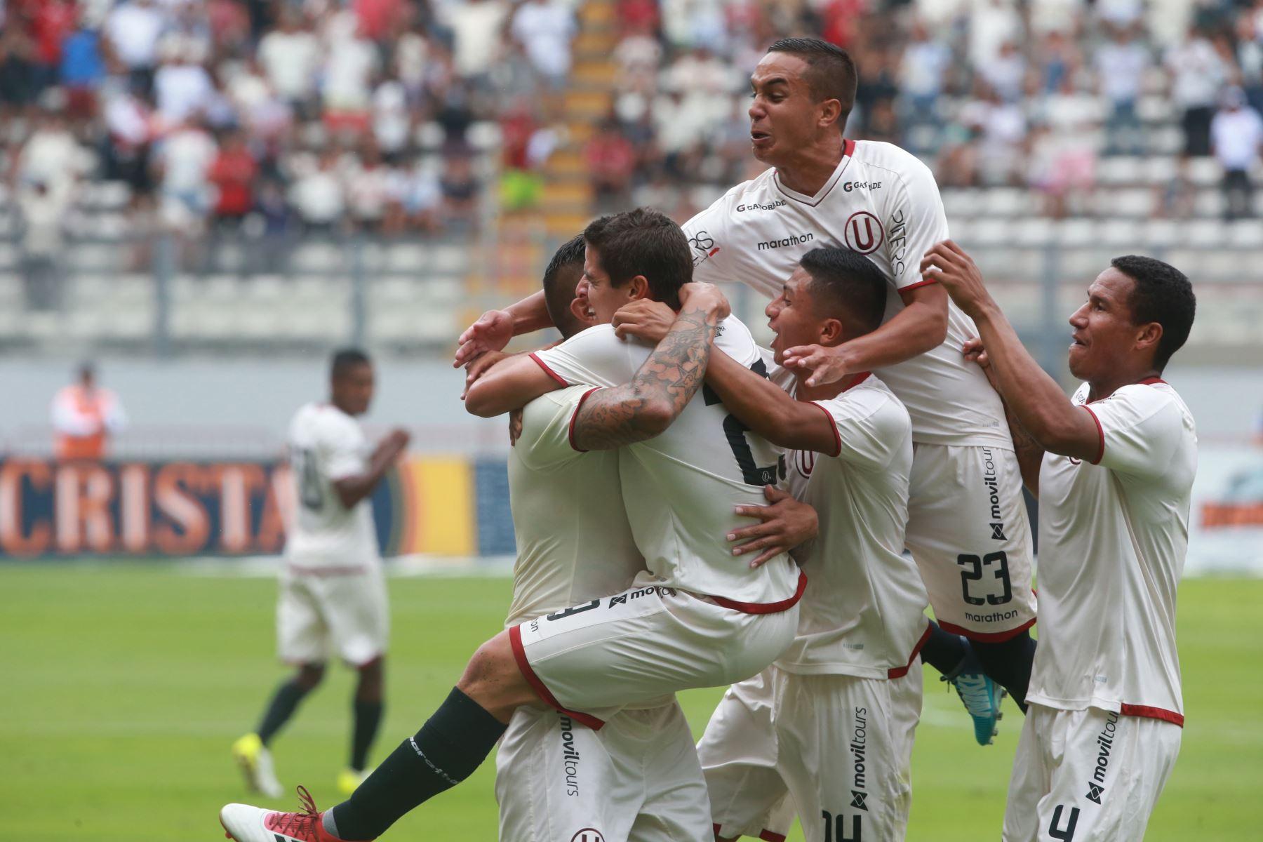 Aldo Corzo de Universitario de Deportes celebra su gol contra Sporting Cristal, en el Estado Nacional. Foto: ANDINA/ Jhony Laurente