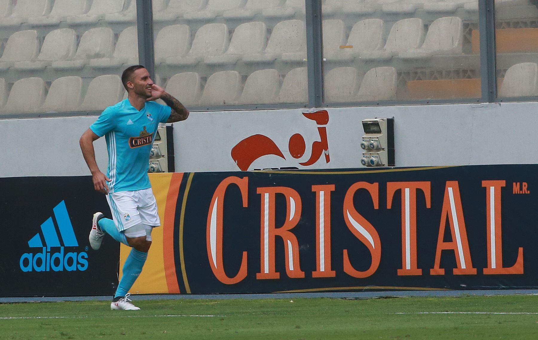 El delantero argentino Emanuel Herrera de Sporting Cristal, celebra el gol del empate frente a Universitario de Deportes.Foto:ANDINA/ Jhony Laurente