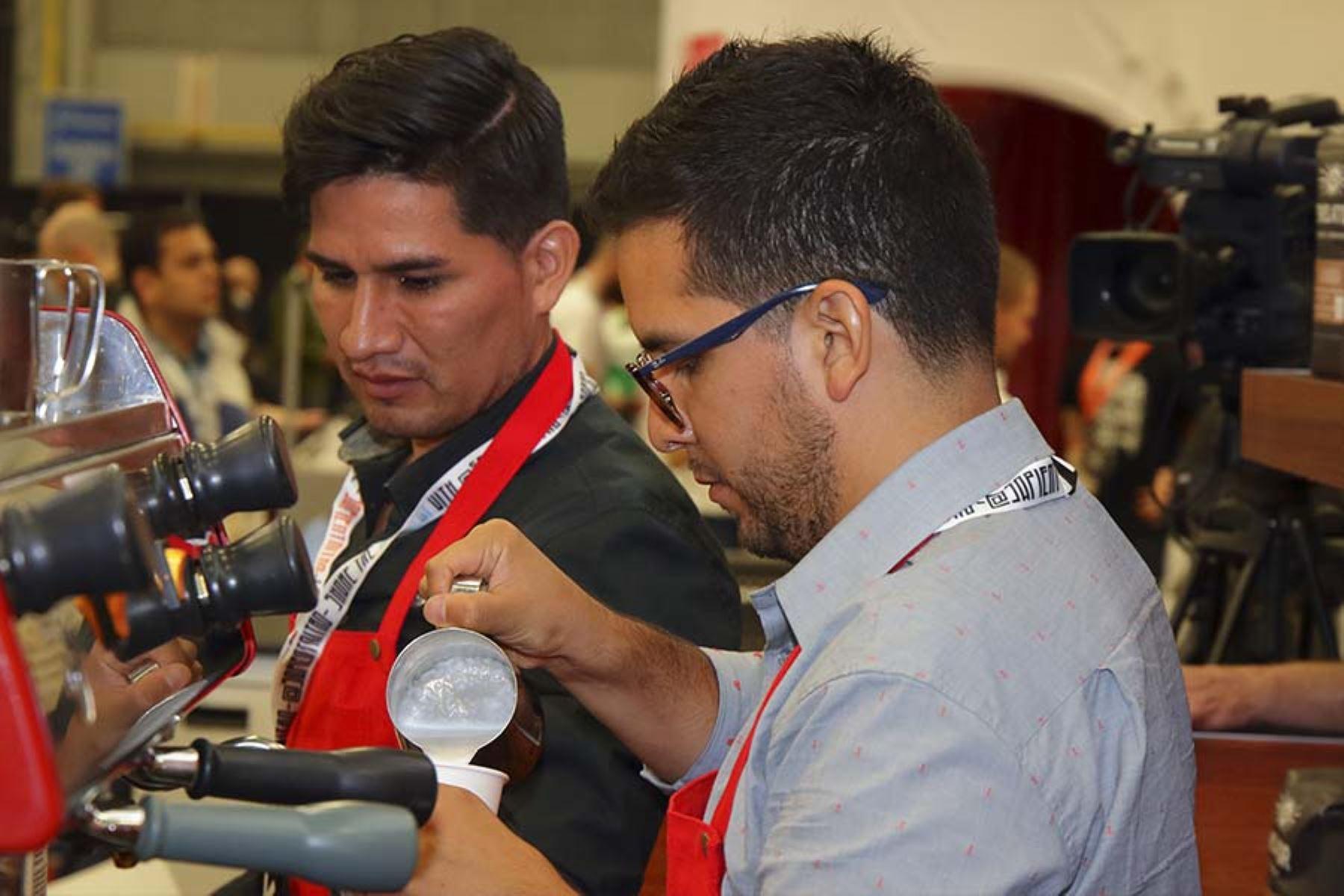 El barista Harrysson Neira es el responsable de sorprender a los visitantes del stand de Marca Perú en el festival SXSW con el mejor café peruano.  Foto: Promperú