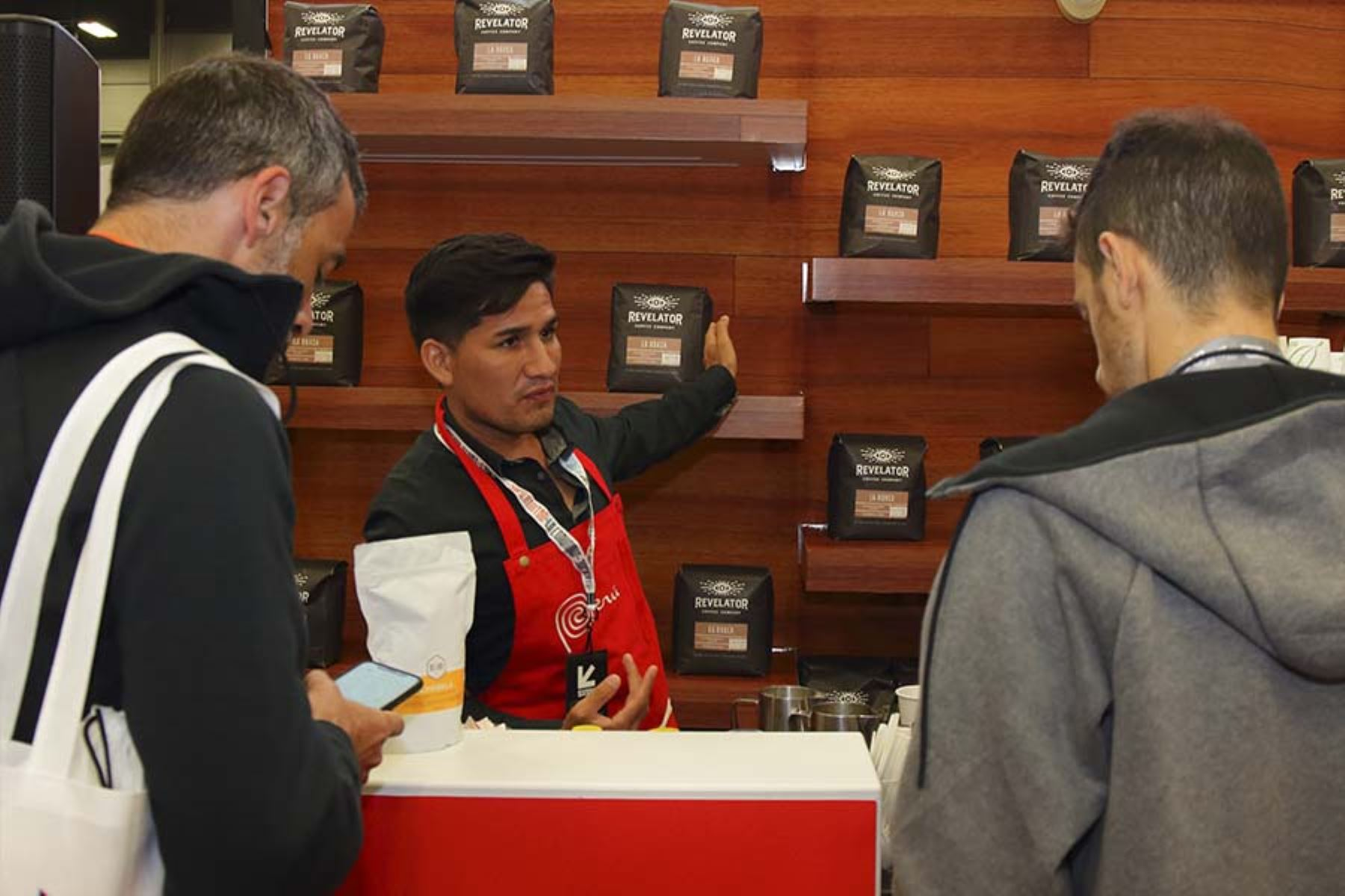 Los asistentes forman largas colas para probar el café peruano en el stand de la Marca Perú en el festival SXSW, que presenta las más recientes innovaciones tecnológicas. Foto: Promperú