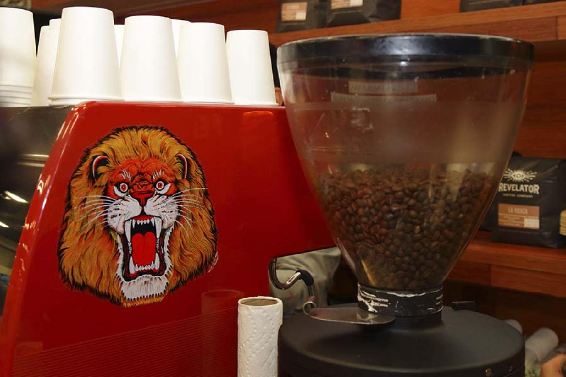 El café en granos es molido luego de haber sido tostado. El stand de Marca Perú en SXSW ofrece la degustación gratuita de esta bebida. Foto: Promperú