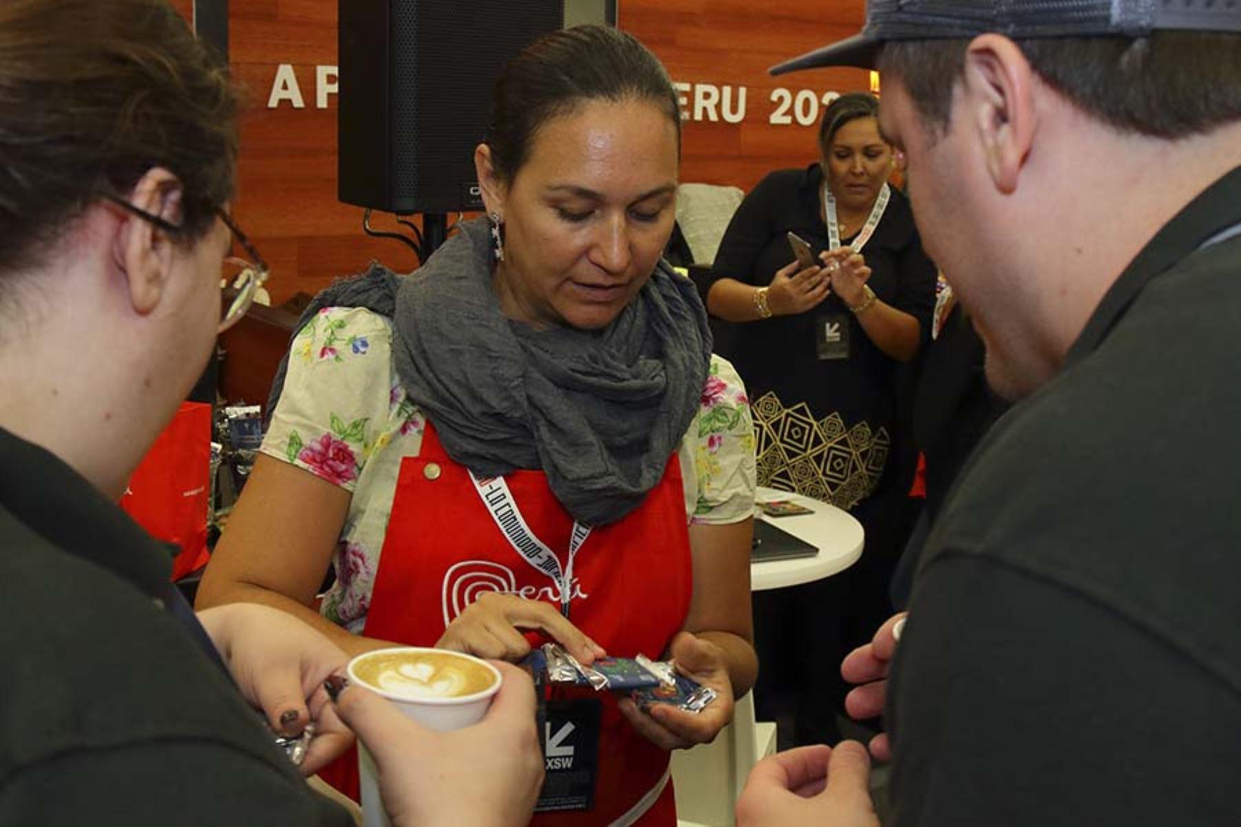 La empresaria Karissa Becerra, autora de libros sobre gastronomía peruana, informa a los visitantes del SXSW sobre las bondades del cacao peruano. Foto: Promperú