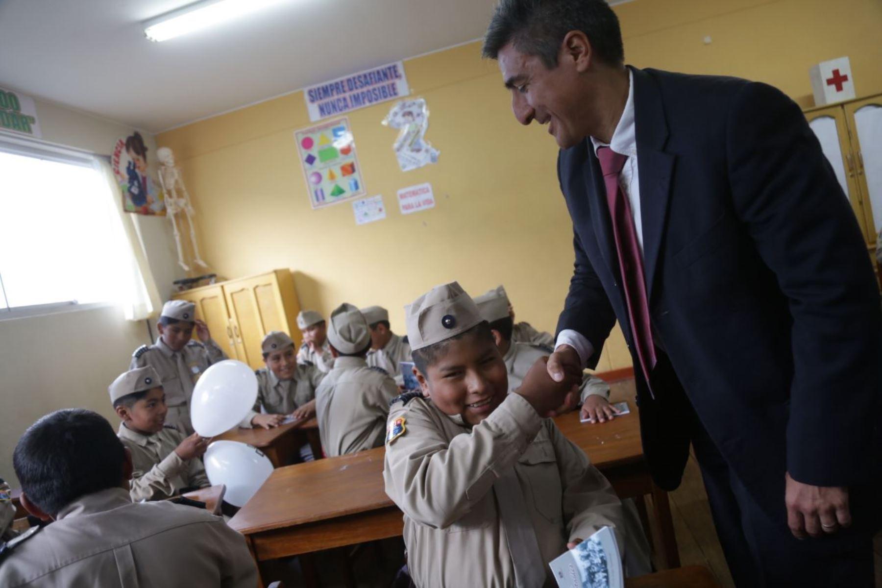 El ministro de Cultura, Alejandro Neyra, da inicio al Año Escolar en la Gran Unidad Escolar San Carlos, en la región Puno. Foto: ANDINA/ Ministerio de Cultura