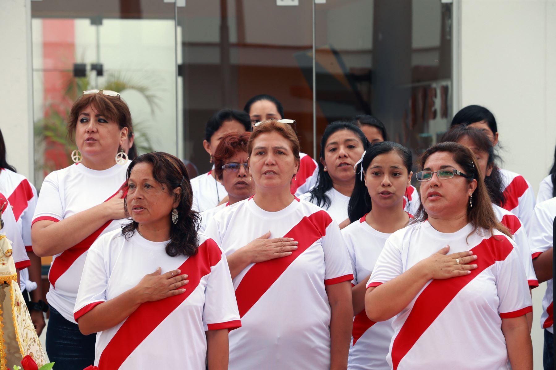 Ministra de Relaciones Exteriores, Cayetana Aljovín  escolta  de la  ,  escuela de Pachacámac. Foto: ANDINA/Norman Córdova