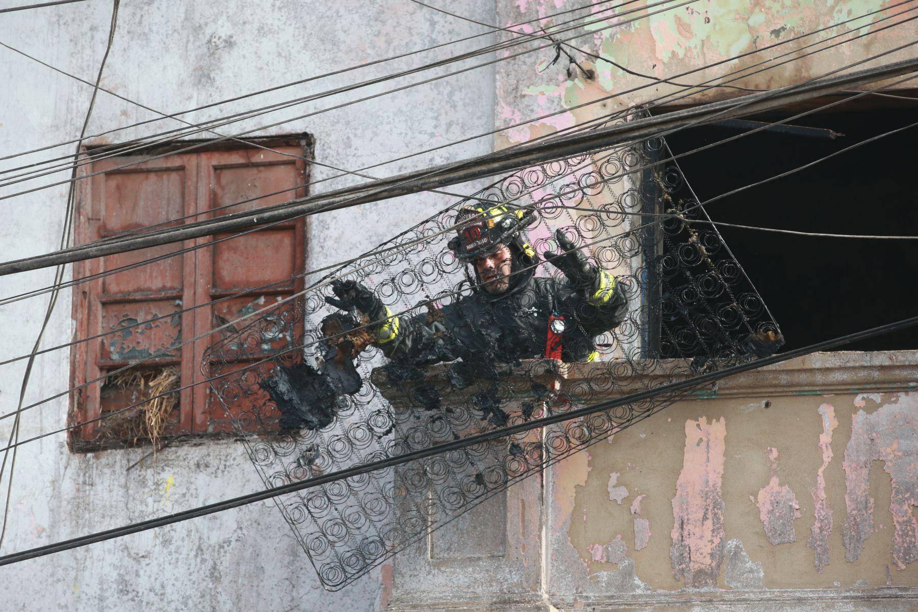 Un incendio de medianas proporciones se registro en el cruce de la avenida Jaime Bausate y Meza con el jirón Pisagua. Foto: ANDINA/Jhony Laurente