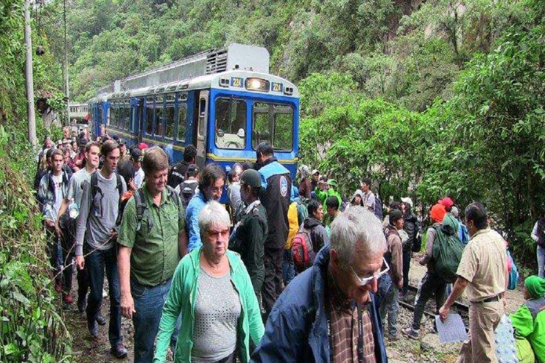 Deslizamientos afectaron las frecuencias del tren en los horarios de 05:05 y 06:10 horas, en la ruta Ollantaytambo-Machu Picchu; y de las 05:35 horas en la ruta Machu Picchu-Ollantaytambo.